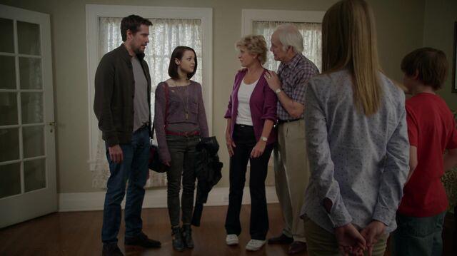 File:1x01 27 David, Carter, Joan, Buddy, Taylor, Grant.jpg