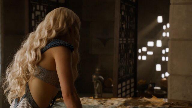 File:Daenerys 407 costume rear view.jpg