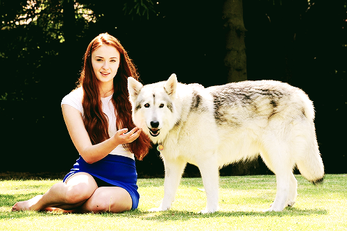 File:Sophie Turner and Zunni 1.png