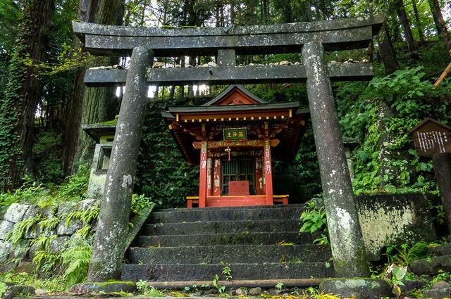 File:Roadside-shinto-shrine-Nikko.jpg