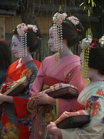 File:Geisha-kimono-1.jpg