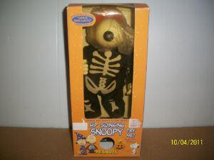 Gemmy hip swinging skeleton snoopy