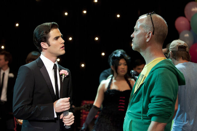 File:Darren speaking to ryan murphy at glee prom.jpg