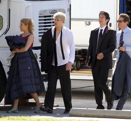File:Glee-on-set.jpg