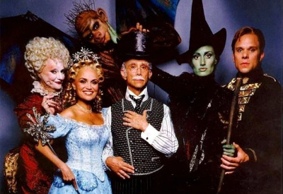 File:Broadway-musical-wicked-cast.jpg