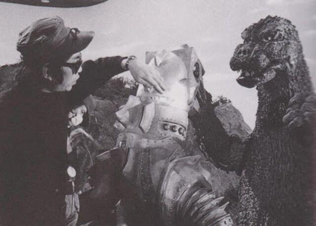 File:MechaGodzilla 2, a person and Godzilla (MekaGyakushuGoji).jpg