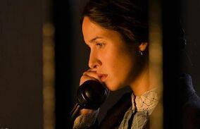 Cristina habla por teléfono
