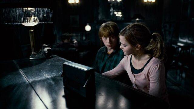 File:Ron and Hermione Grimmauld Place.jpg