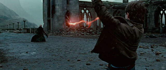 File:Harry and Voldemort last duel.jpg