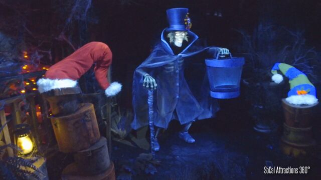 File:Hatbox Ghost with an orange and black ribbon on his tophat.jpg