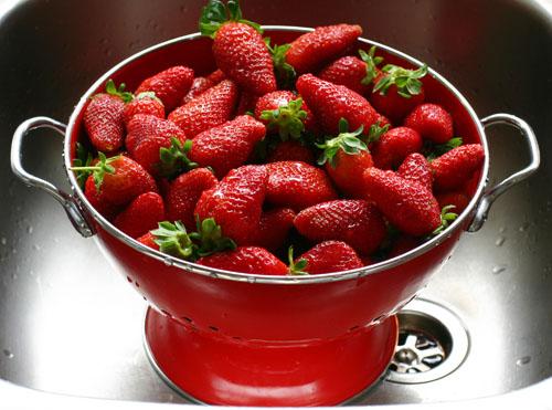 File:Strawberry colander 2.jpg