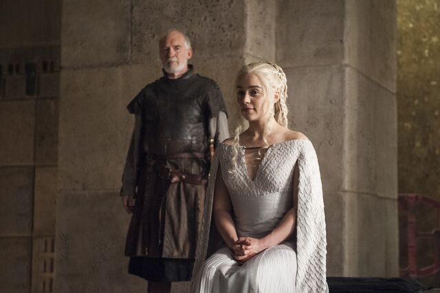 Archivo:Barristan Lord Comandante y Daenerys HBO.jpg