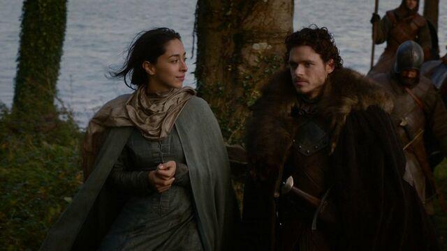 Archivo:Robb y Talisa viajan HBO.jpg