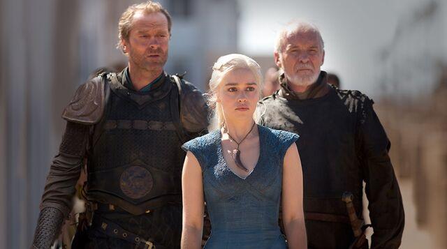 Archivo:Jorah, Daenerys y Arstan HBO.jpg