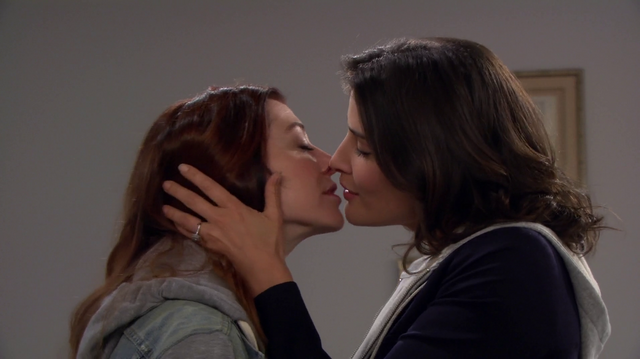 File:Lily-Robin Kiss.png
