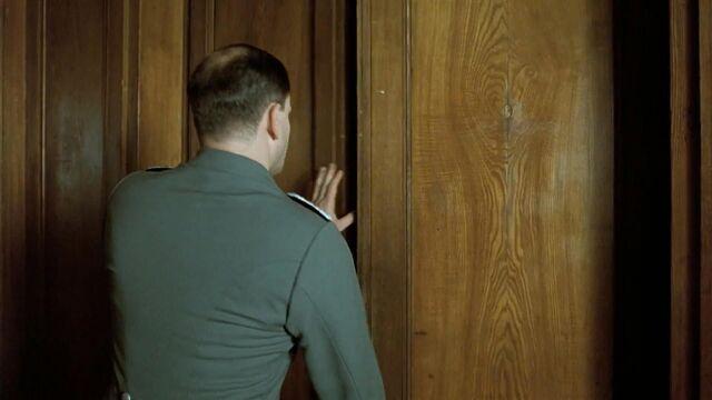 File:Linge opens hall door.jpg