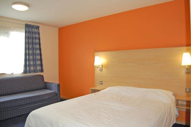 File:Travelodge-didsbury-room5.jpg