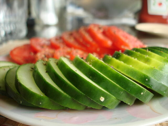 File:800px-Sliced cucumbers and tomatoes.JPG