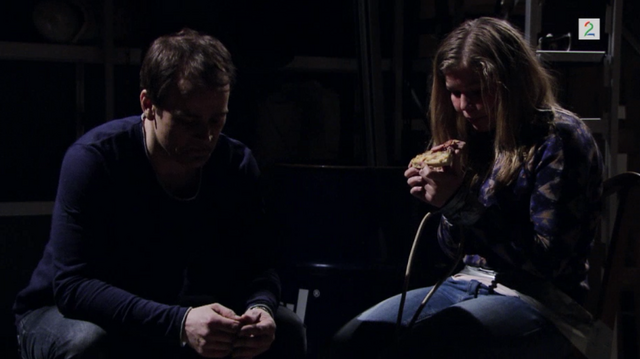 Fil:Jenny spiser Pizza med Edvin tilstede.png