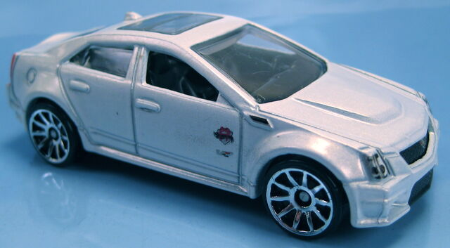 File:Cadillac CTS-V white pearl metallic Holiday Hot Rods 2011.JPG