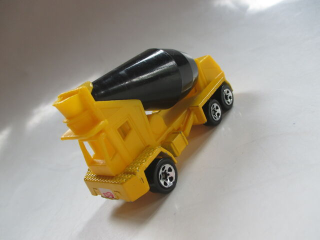 File:Oshkosh Cement Mixer.JPG