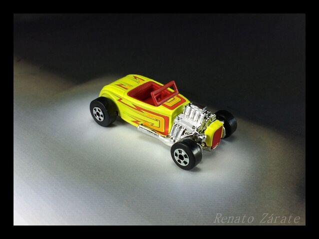 File:Street Rodder 6 pack 2011.jpg