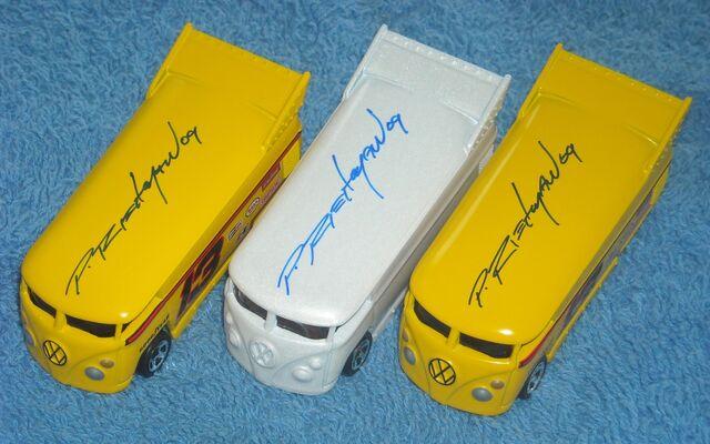 File:Phil Riehlman bus autograph 09.jpg