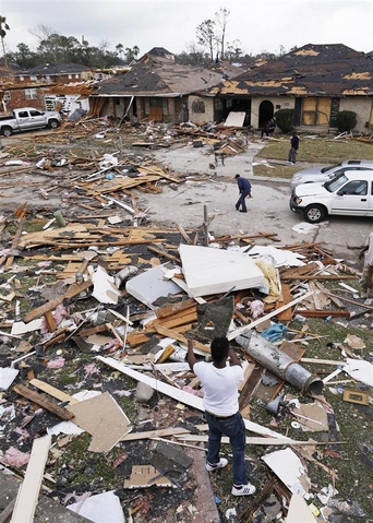 File:EF2-3 damage to homes in New Orleans.png