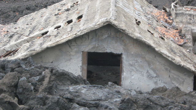 File:Lava claims a house near Mount Troublesome.png