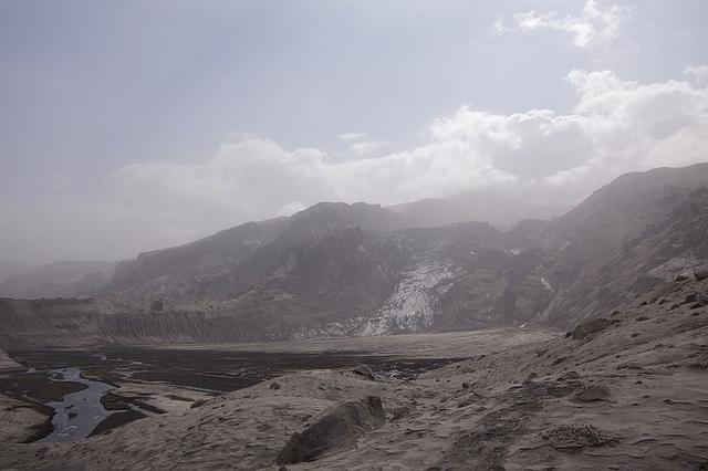 File:Eyjafjallajokull Gigjokull in ash.png