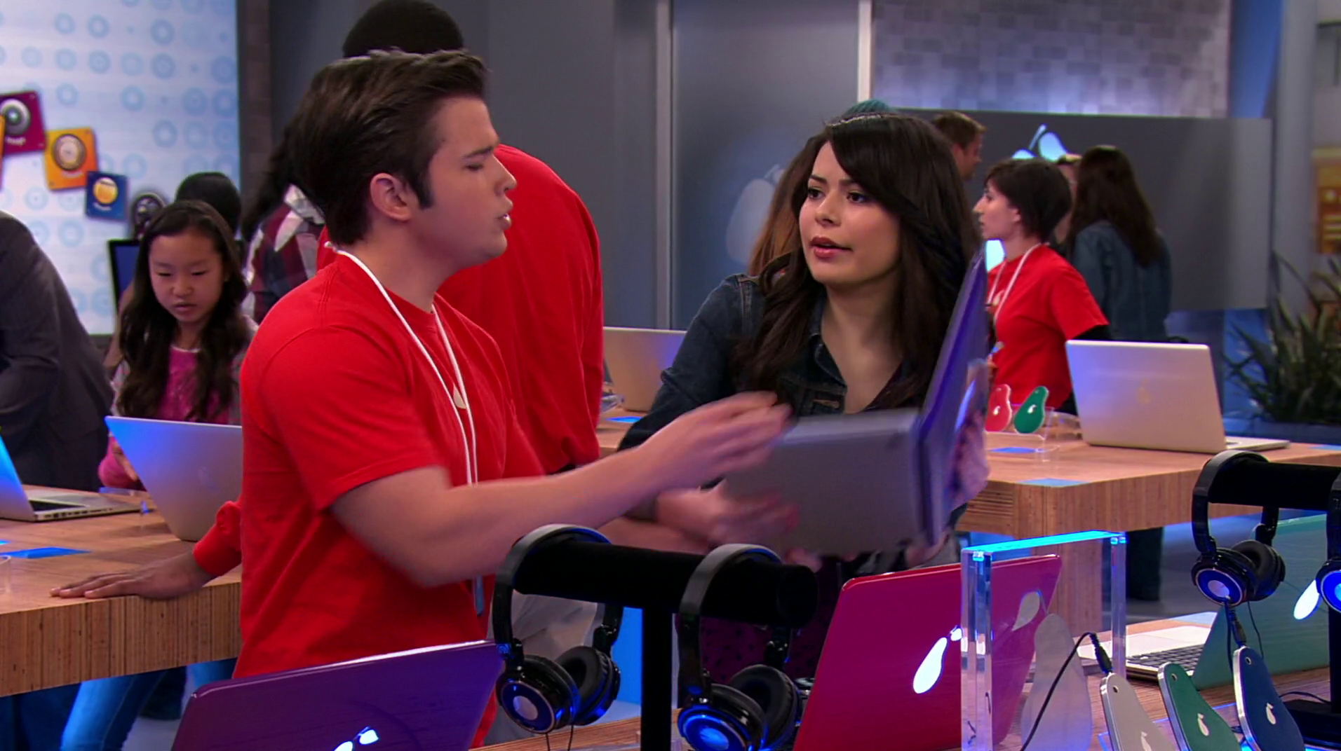 File:ICarly-iPear-Store-Episode-6.png