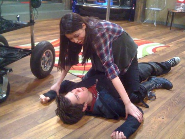 Arquivo:IThink They Kissed - Nathan being tackled by Miranda.jpg