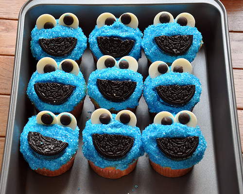 File:Sally makes her own cookie monster cupcakes.jpg