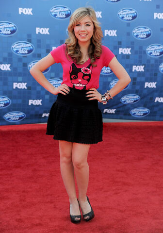 File:Jennette, at American Idol finale, 05-25-11 tumblr llsijz500.jpg