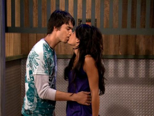 File:IStage an Intervention-Spencer and Sasha-Kiss.jpg
