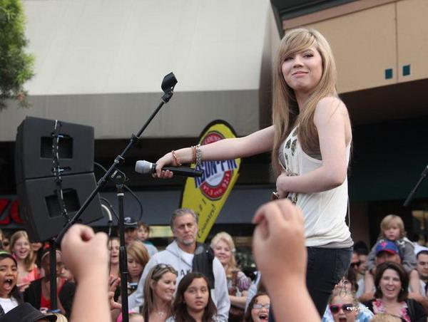 File:Jennette - On Stage (for the fans).jpg
