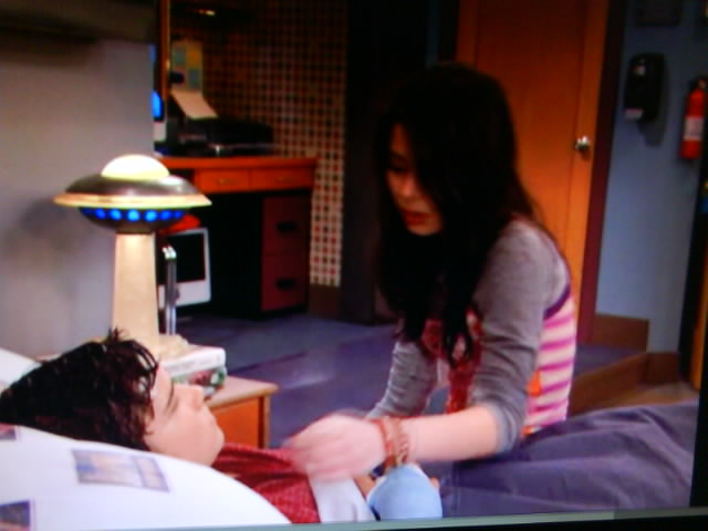 File:ISaved Your Life - Carly leaning to kiss Freddie.jpeg