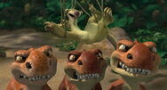 Baby Dinos protecting Sid from mother