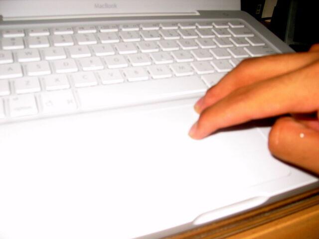 Berkas:Macbook unpacking7.jpg
