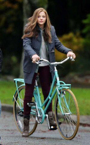 File:Chloe-Moretz-riding-a-bike-on-the-set-of-If-I-Stay--06.jpeg