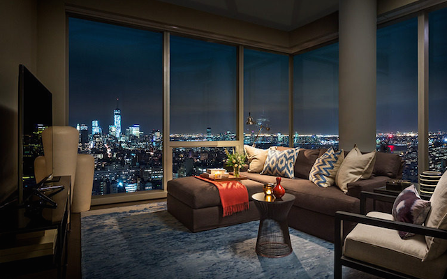 File:Tom Brady Gisele New York City Apartment Rent Night View Pictures.png