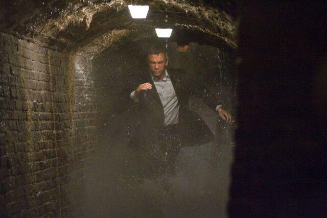 File:Quantum of Solace - Bond 10.jpg