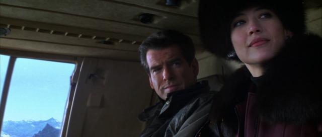 Fichier:Elektra et Bond dans l'hélicoptère.png