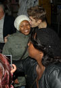 Justin kisses a fan