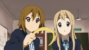 Ritsu offers her hairband