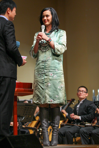 File:China National Orchestra Welcomes Katy Perry 1.png