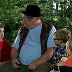 Ferdek gada z dziećmi które zostały mu przekazane przez rodziców pod jego chwilową opiekę.