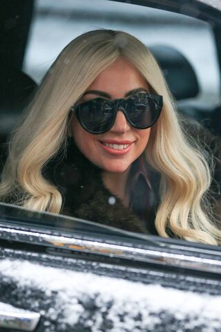 File:2-2-15 Leaving her apartment in NYC 003.jpg
