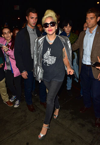 File:11-5-15 Arriving at her apartment in NYC 001.jpg