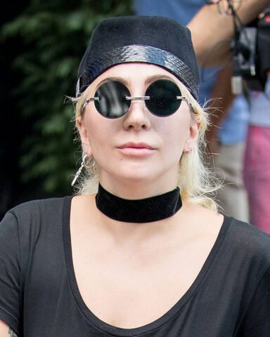 File:7-27-16 Leaving her apartment in NYC 003.jpg